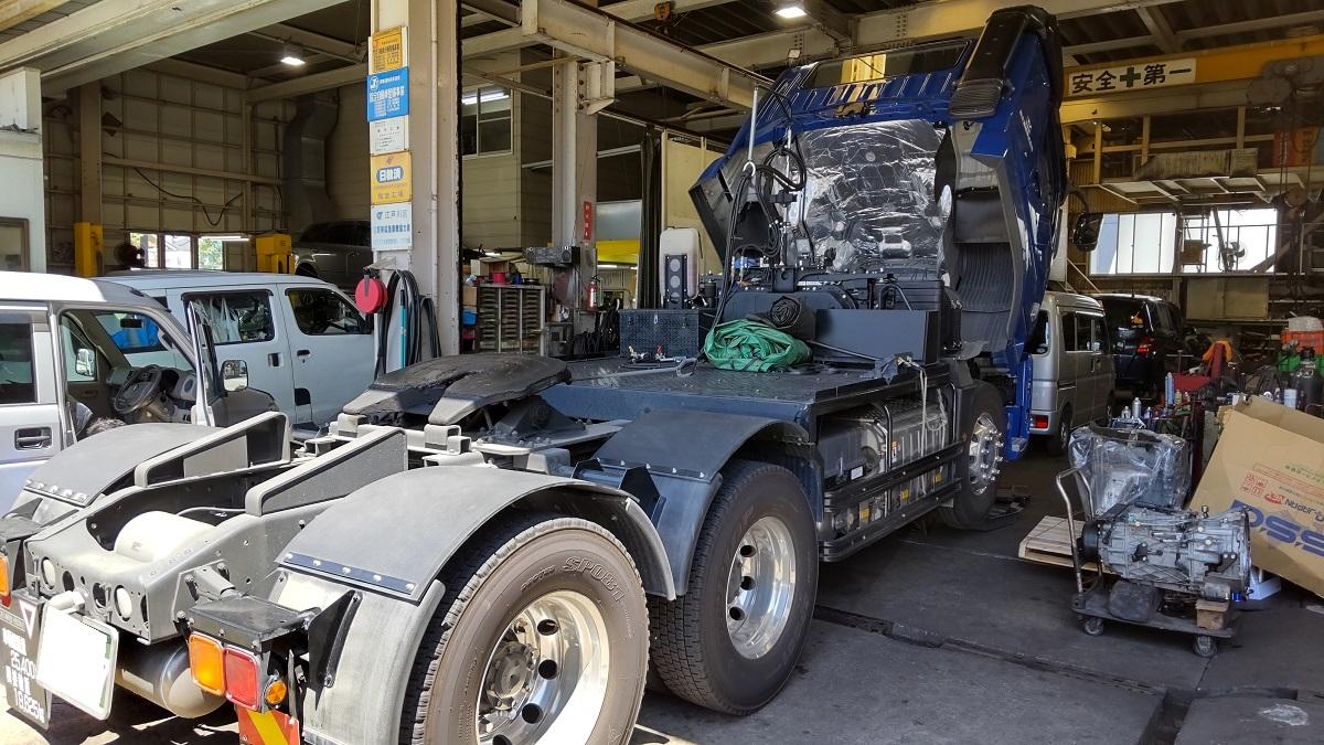 大型トラクター エンジンオイル交換